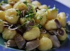 Chicche di ricotta agrumate con vongole, pinoli e stridoli
